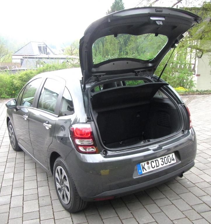 Citroën C3: Ins Gepäckabteil passen mindestens 300 Liter hinein.