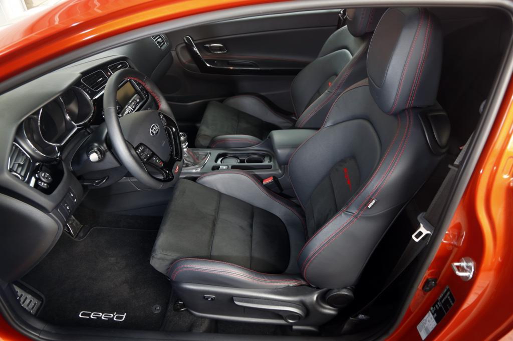 Der GT trägt dick auf mit markanten Recaros für den Innenraum