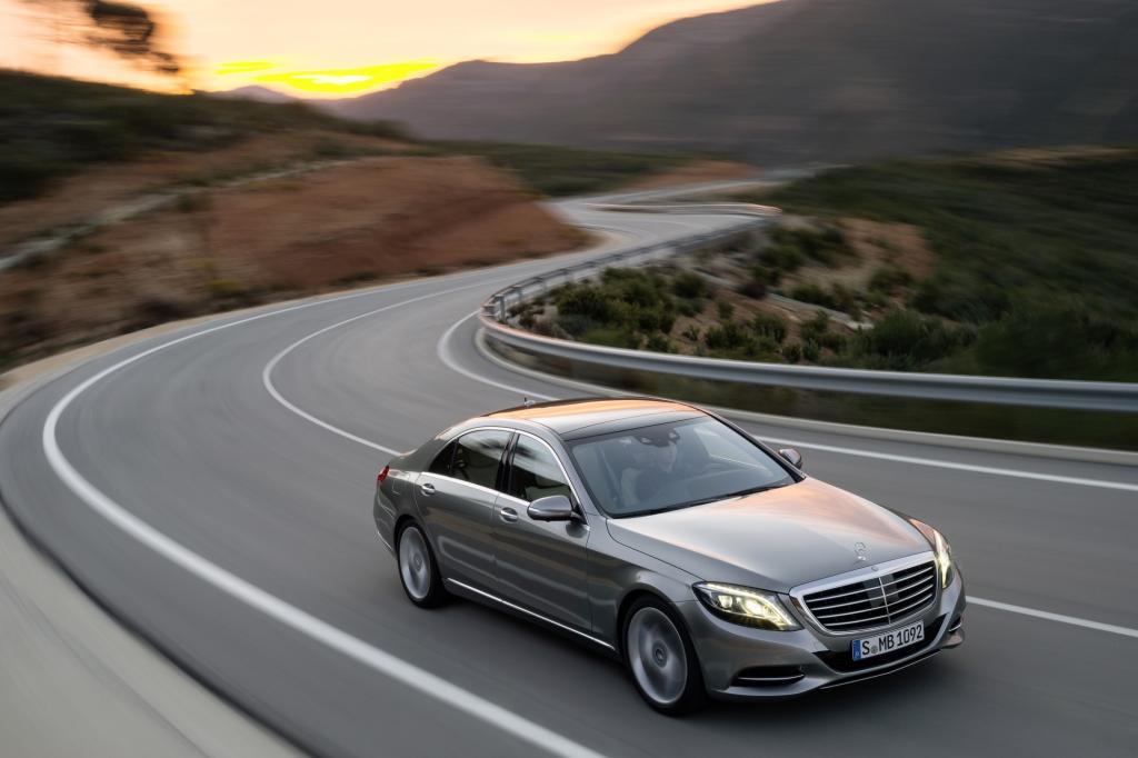 Die Mercedes S-Klasse kann mit einem vorausschauenden Fahrwerk geordert werden