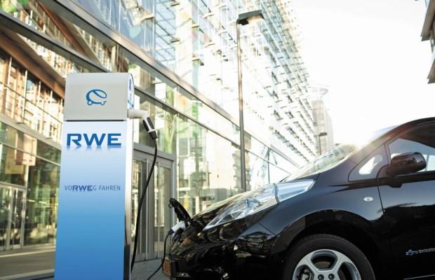 Elektroautos tanken an der Straßenlaterne