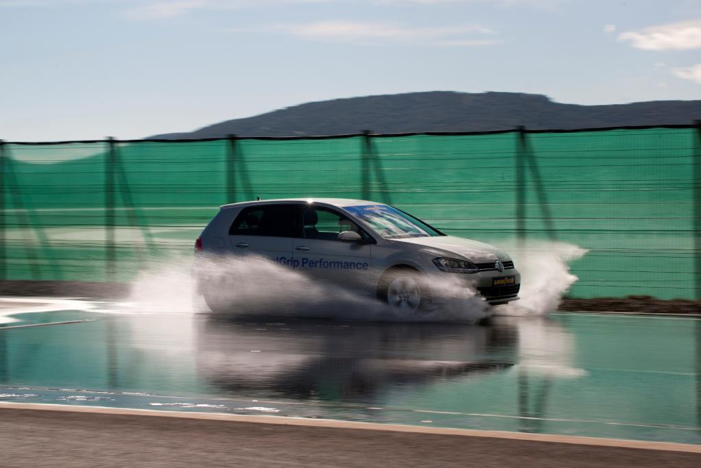 Gegen Aquaplaning helfen langsames Fahren und gute Reifen