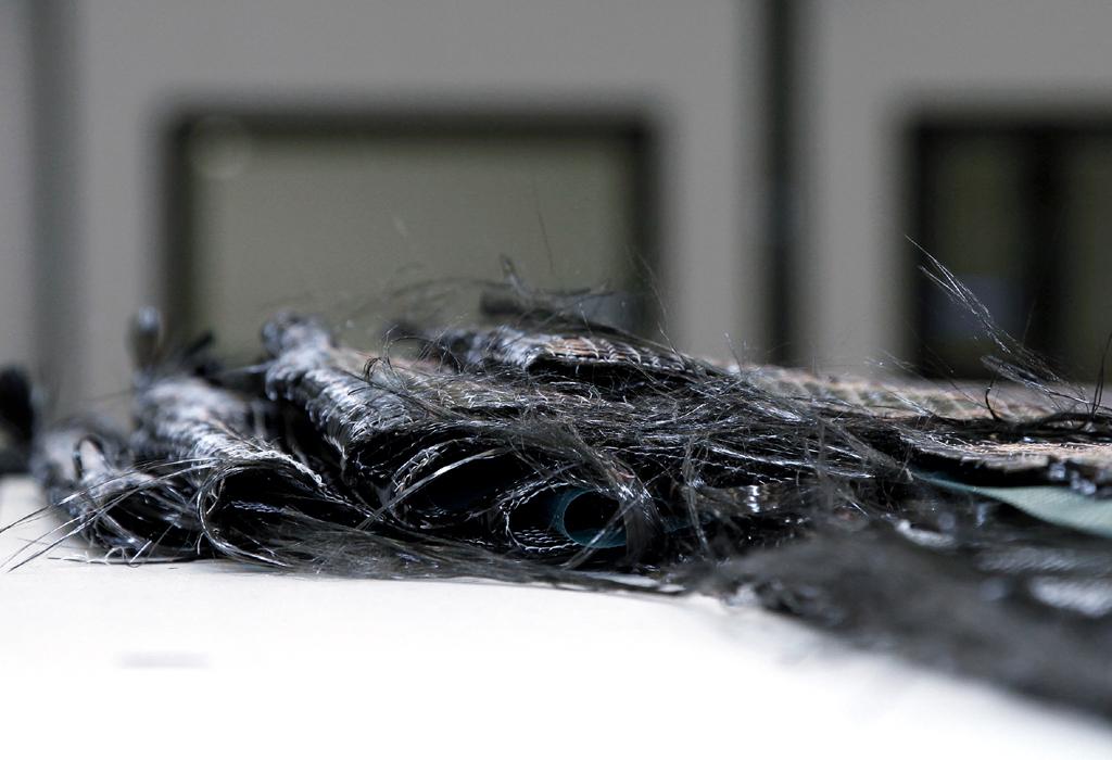 Karbon entsteht durch das Einbetten von dünnen Kohlenstofffasern in Kunsstoffe.