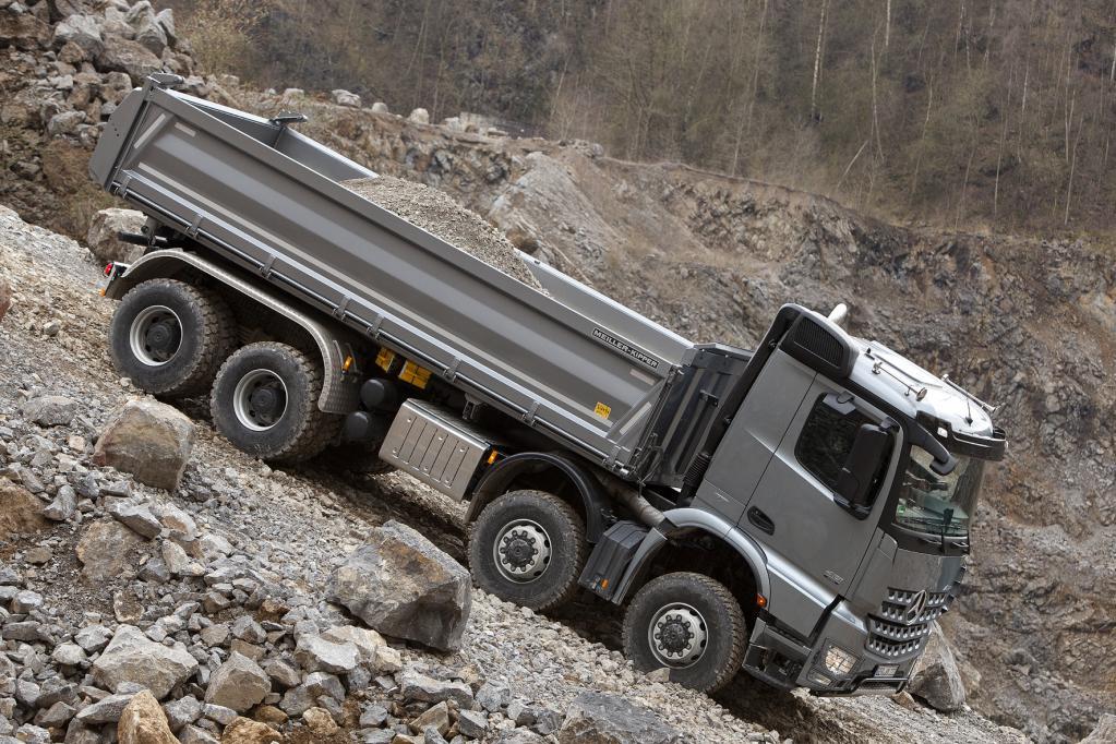 Mercedes-Benz Arocs: Auf der Straße und im Gelände