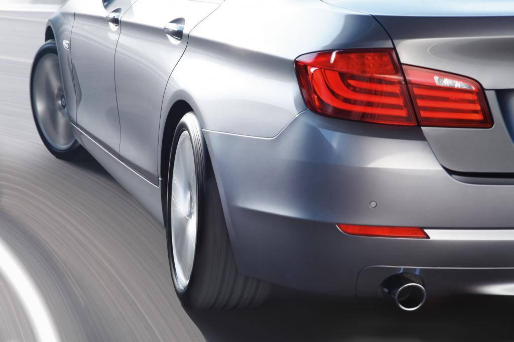 Nur wer genau hinschaut, erkennt den Lenkeinschlag hinten - hier beim BMW 5er