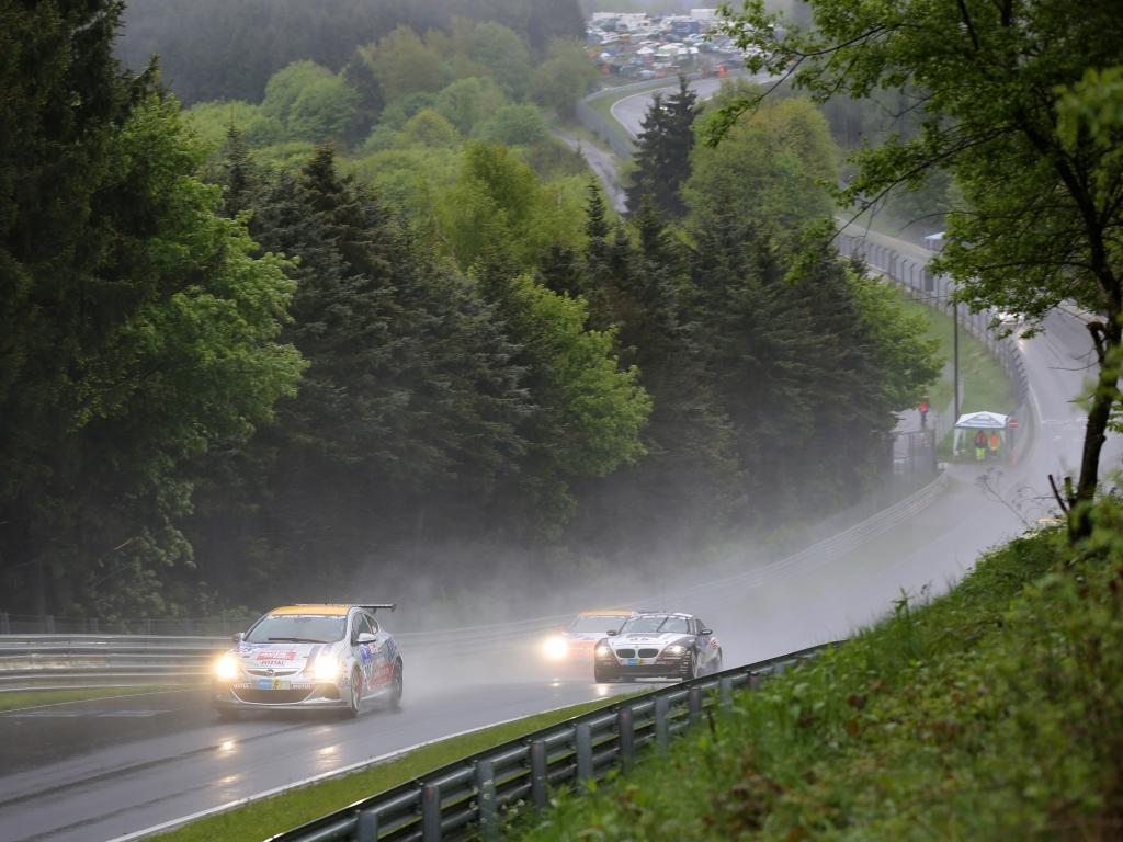 Opel zurück im Motorsport: Wasserschlacht am Nürburgring
