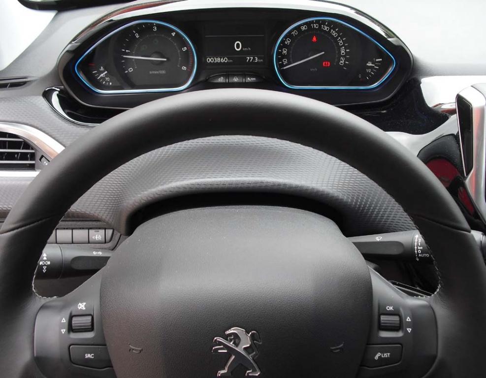 Peugeot 2008: Blick über den Lenkradkranz auf die Instrumentierung.