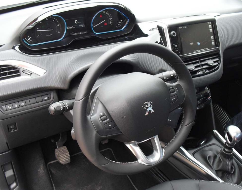 Peugeot 2008: Blick ins recht übersichtlich gestaltete Cockit.