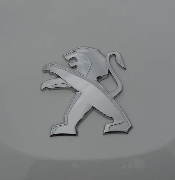 Peugeot 2008: Der Markenlöwe sitzt vorn auf der Motorhaube.