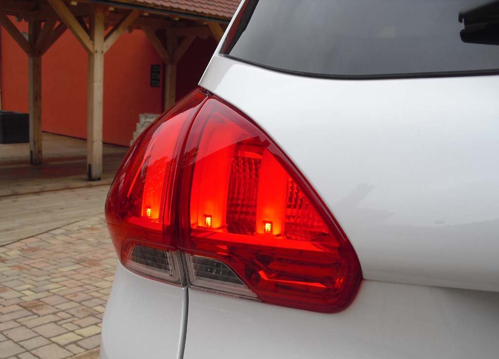 Peugeot 2008: Großformatige Leichteinheit hinten.