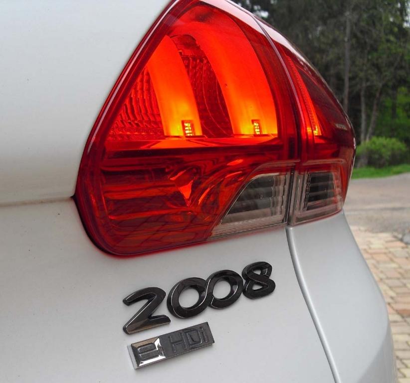 Peugeot 2008: Moderne Leuchteinheit hinten mit Modell- und Dieselschriftzug.