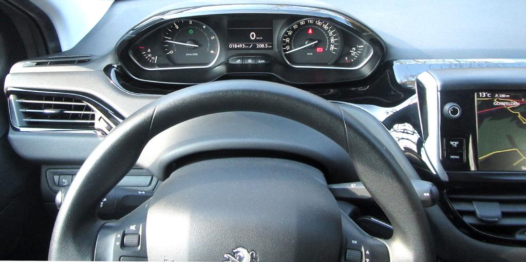 Peugeot 208: Blick über den Lenkradkranz auf die Rundinstrumentierung.