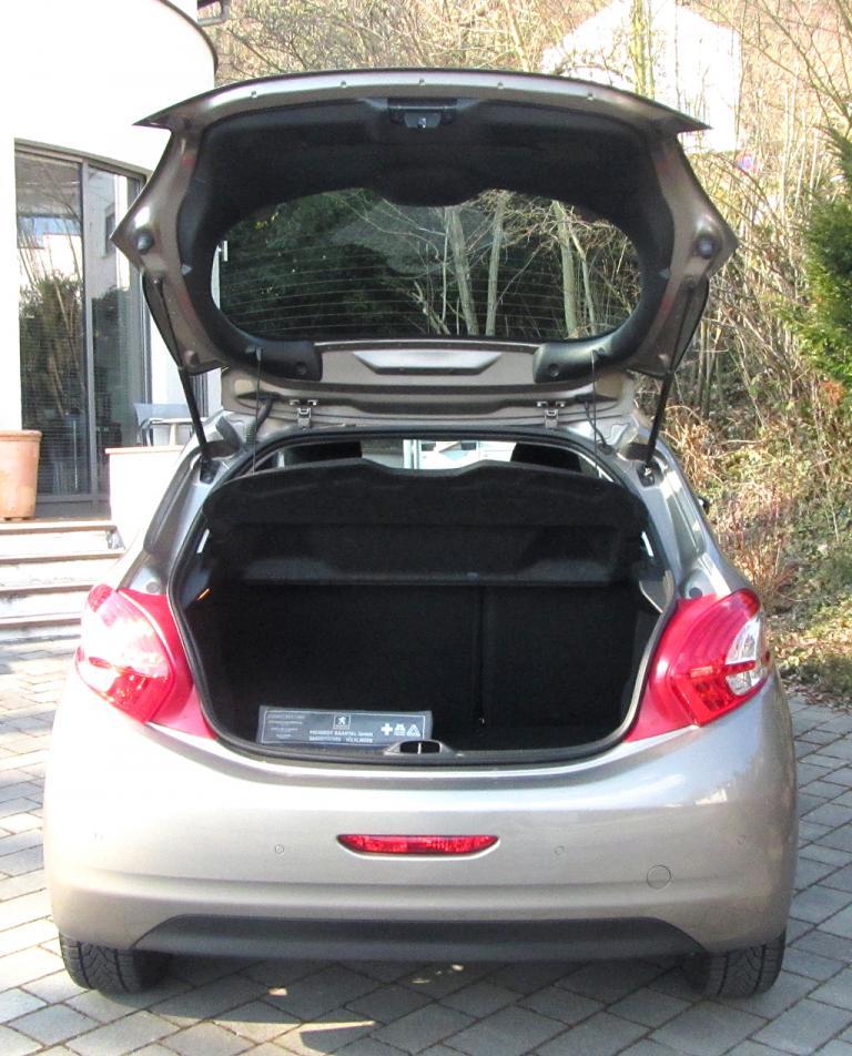 Peugeot 208: Ins Gepäckabteil passen jetzt 285 bis 1076 Liter hinein.