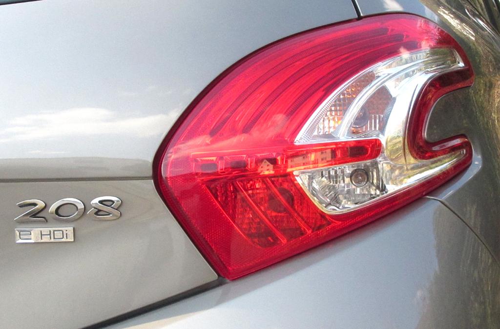 Peugeot 208: Moderne Leuchteinheit hinten mit Modell- und Motorisierungsschriftzug.