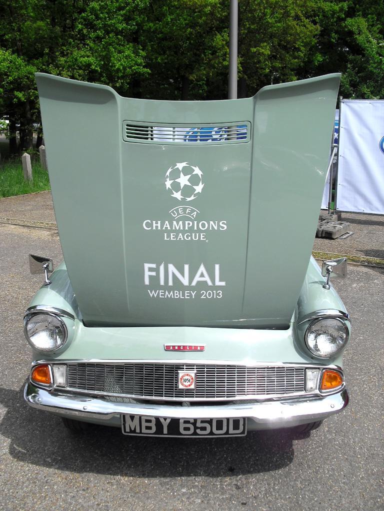 Selbst der kleine England-Ford Anglia war ganz auf das Finale in Wembley getrimmt.