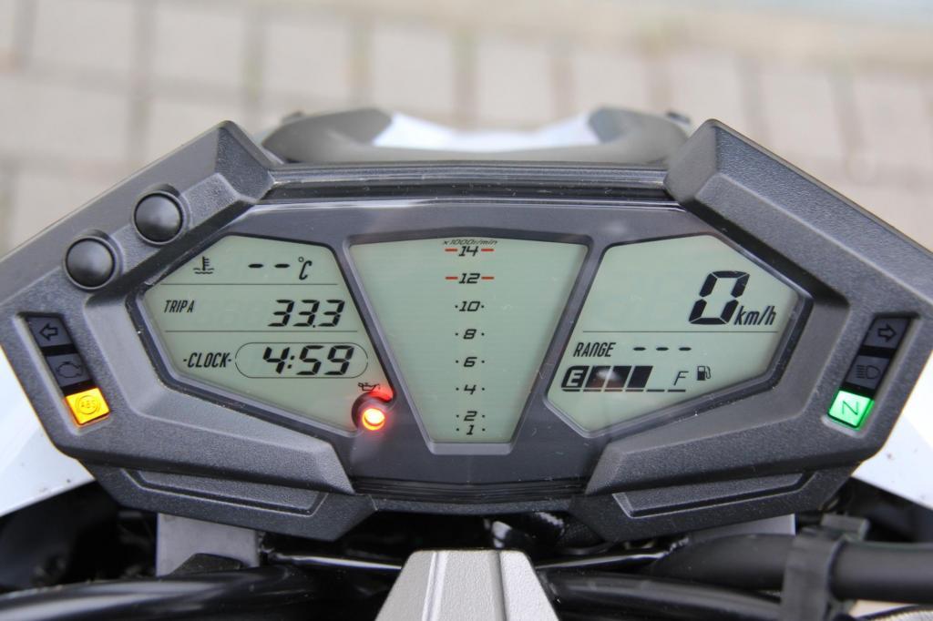Vorne informiert eine kompakte, digitale Cockpit-Einheit im Captain-Future-Look über den Stand der Dinge