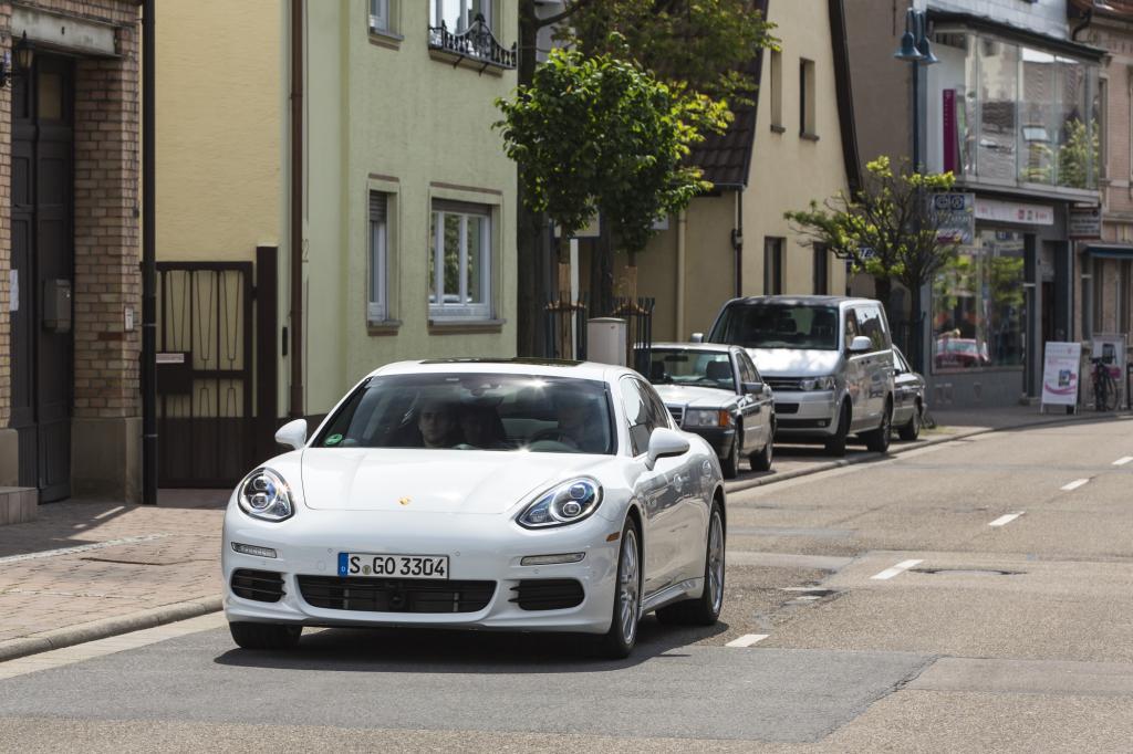 Als erster deutscher Hersteller bringt Porsche mit dem Panamera S E-Hybrid ein Plug-in-Hybridmodell auf den Markt
