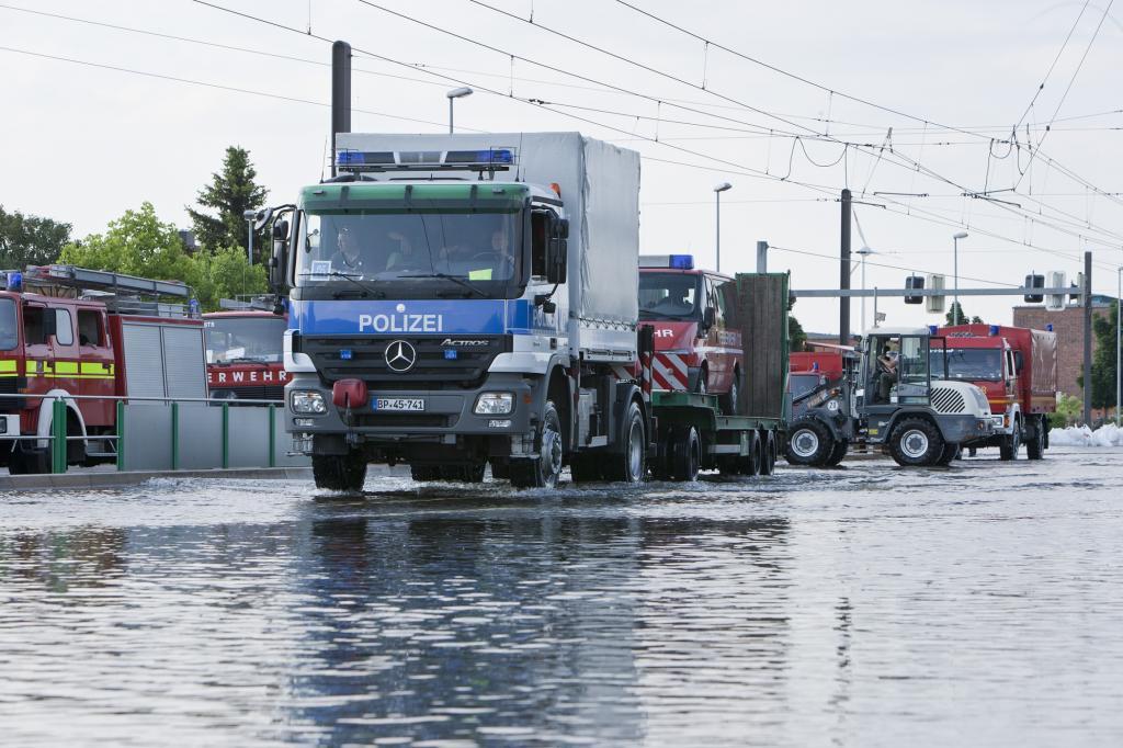 Am Umspannwerk Rothensee rettete ein Tieflader der Bundespolizei Einsatzfahrzeuge, die bei steigendem Wasser stecken geblieben w