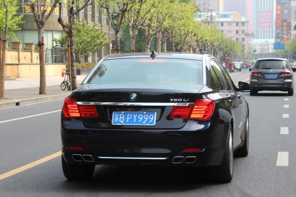 Auf den ersten Blick sieht der dunkle 760Li aus wie jeder andere Siebener BMW
