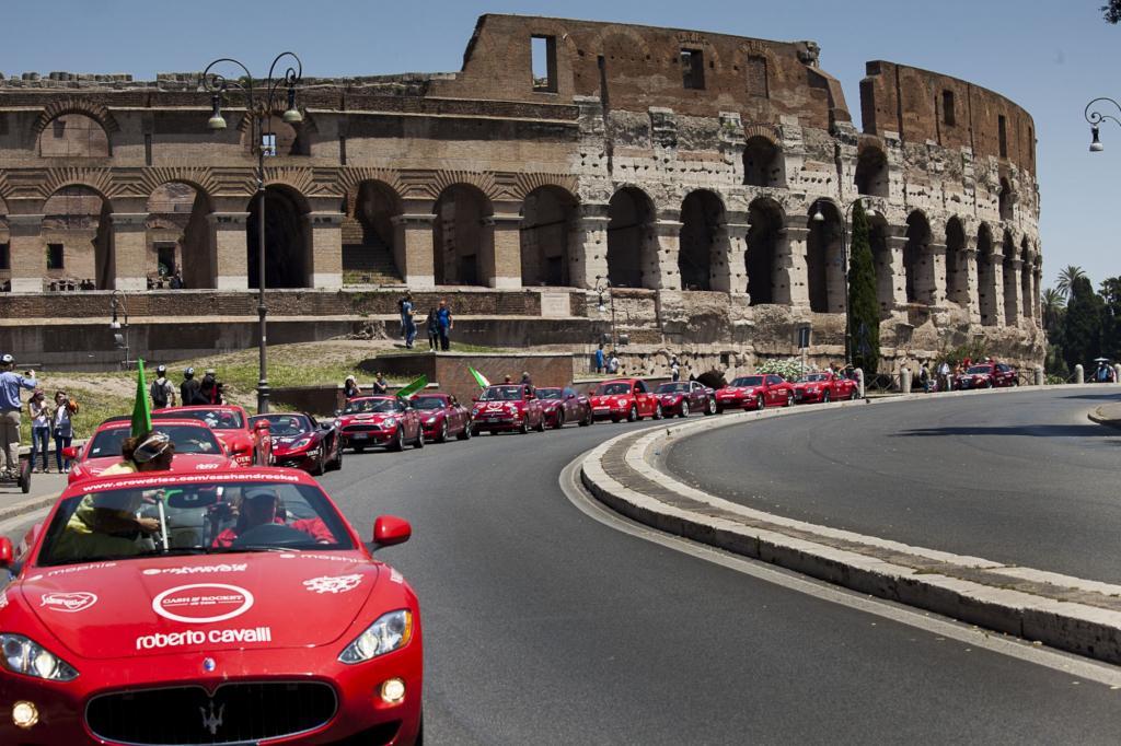 Bei der Wohltätigkeits-Rallye sind nur Frauen in roten Sportwagen erlaubt