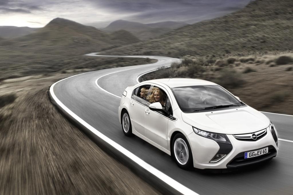 Bis zu 80 Kilometer legt der Opel Ampera rein elektrisch zurück, geht die Energie zur Neige, springt der Range Extender automati