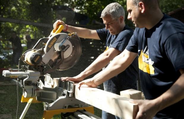 Daimler-Mitarbeiter renovieren Spielplatz in Stuttgart-Hallschlag