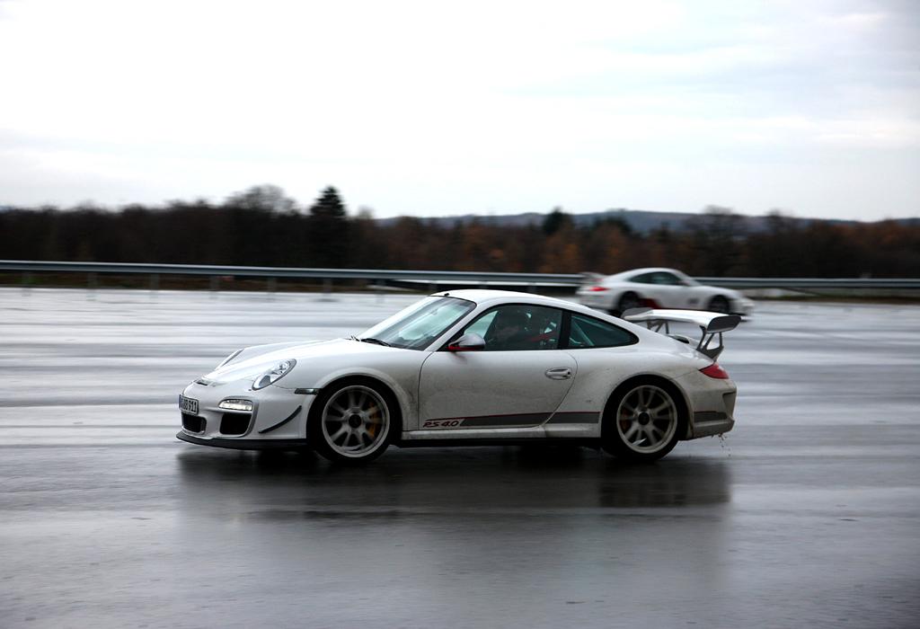 Dynamikfläche: Zwei Porsche-911-Fahrer testen ihre Autos.