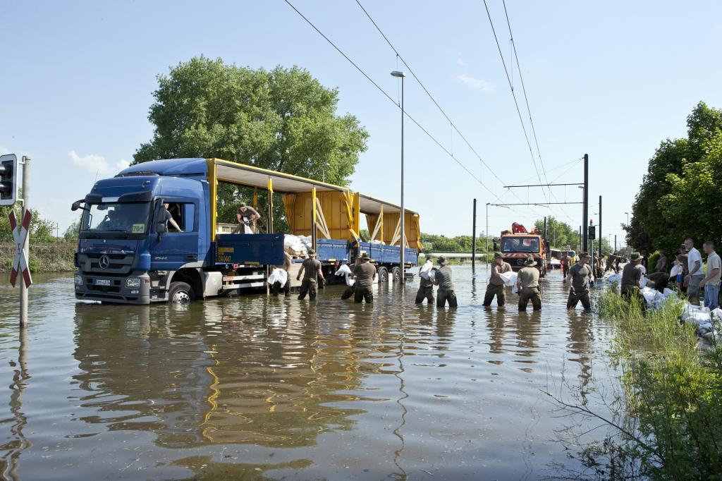 Ein wagemutiger Spediteur fuhr mit seinem Fernverkehr-Sattelzug durch den steigenden Wasserstrom zu den Soldaten