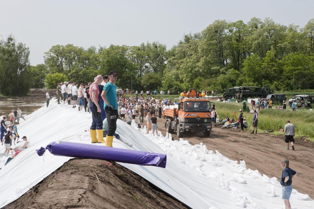 Immer mit dabei: vierrädrige Unterstützung, auch beim Bau des Notdamms in Lostau