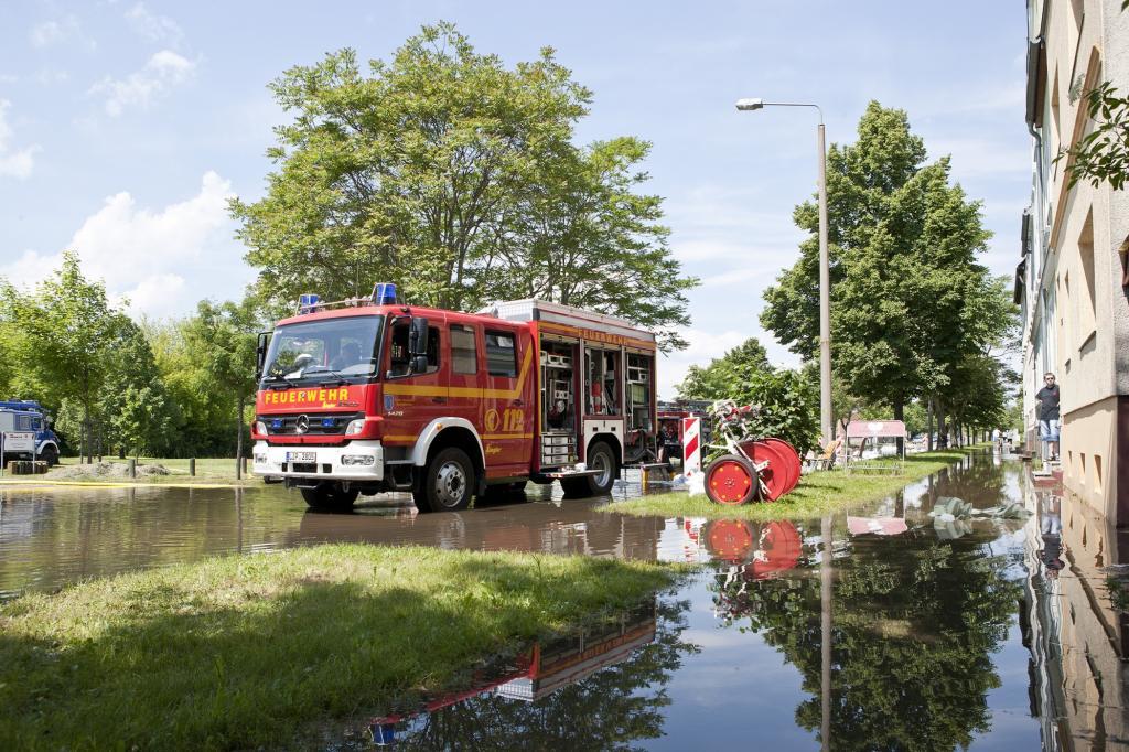 In erster Linie kam der Fuhrpark der Katastrophenhelfer zum Abpumpen und zum Sandsack-Transport zum Einsatz