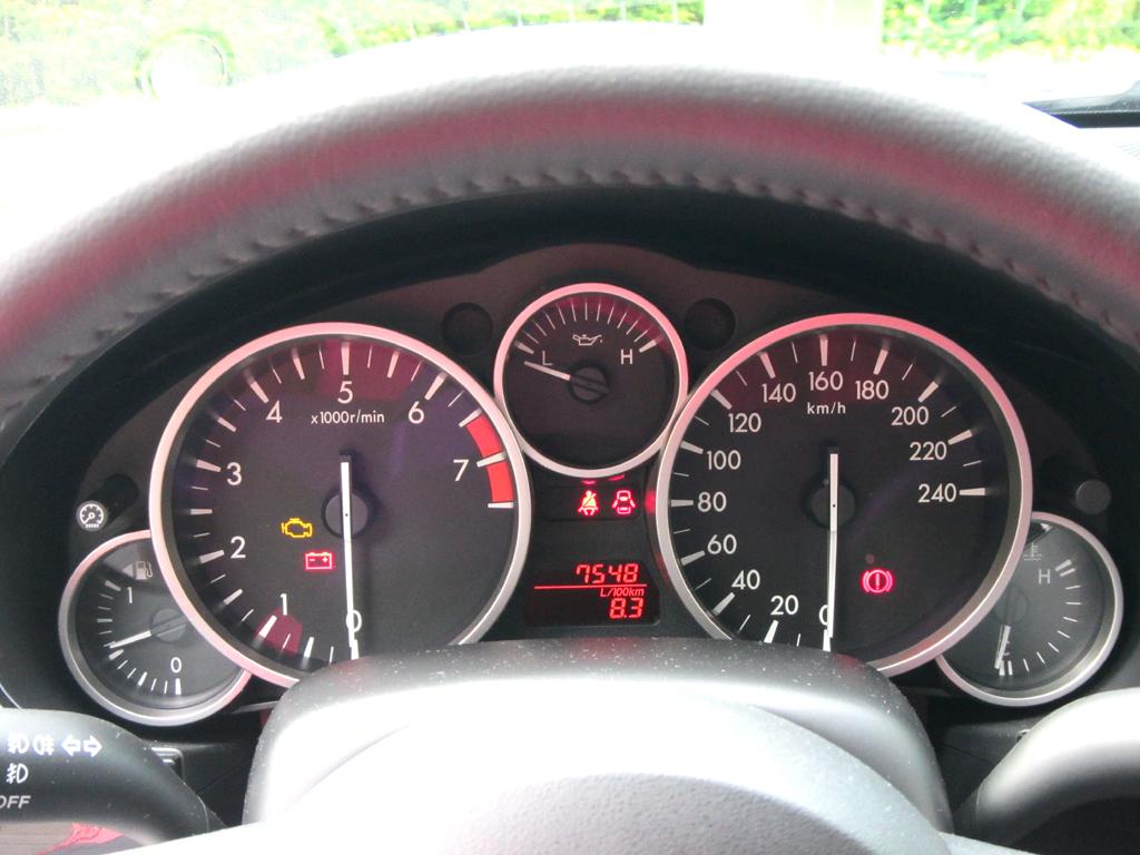 Mazda MX-5: Blick durch den Lenkradkranz auf die Rundinstrumentierung.