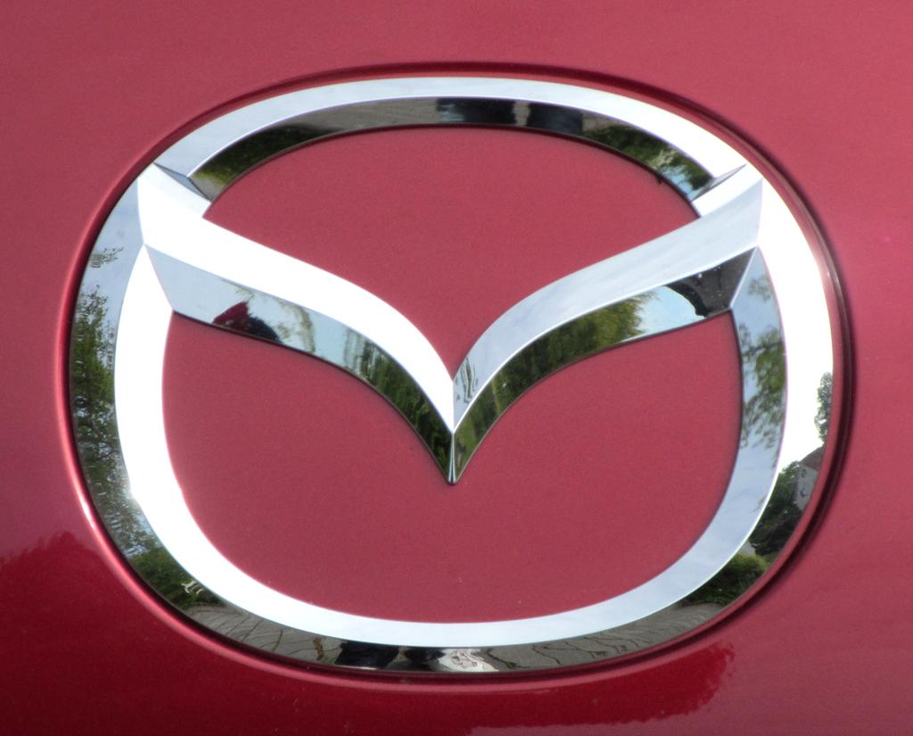 Mazda MX-5: Das Markenlogo sitzt vorn mittig zwischen beiden Leuchteinheiten.