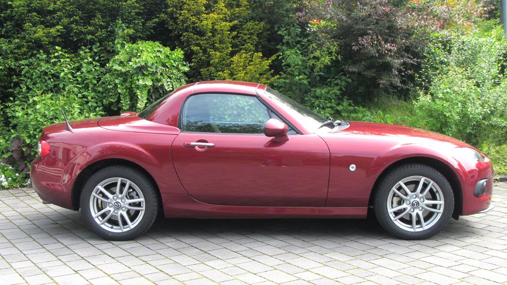 Mazda MX-5: So sieht der Zweisitzer mit geschlossenem Klappdach aus ...