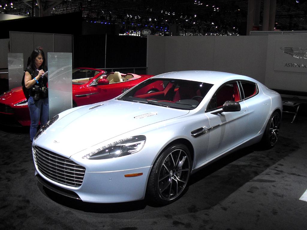 Natürlich dürfen Nobelkarossen wie hier von Aston Martin, ...