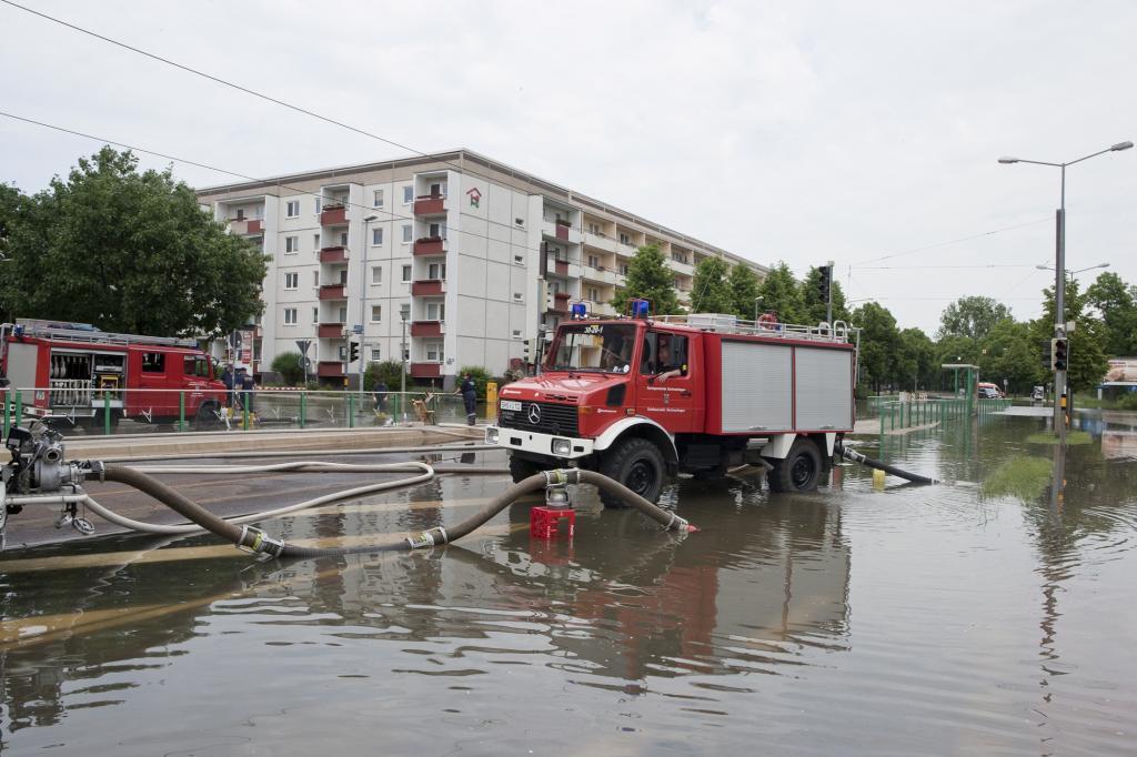 Neben vielen Lkw war auch der Unimot im Kampf gegen die Fluten dabei, wie hier in Magdeburg-Cracau