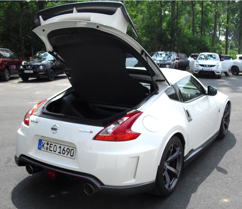 Nissan 370Z Nismo: Ins Gepäckabteil des Zweisitzers passen immerhin noch 235 Liter hinein.