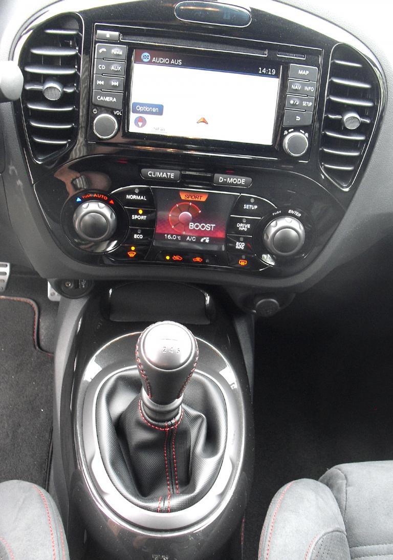 Nissan Juke Nismo: Blick auf den mittleren Armaturenträger.