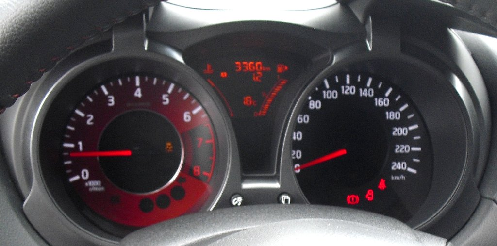 Nissan Juke Nismo: Blick durch den Lenkradkranz auf die Rundinstrumentierung.