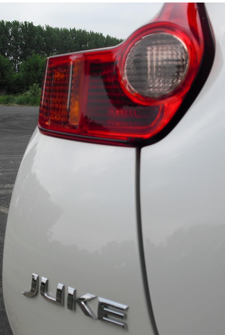 Nissan Juke Nismo: Leuchteinheit mit Modellschriftzug am Heck.