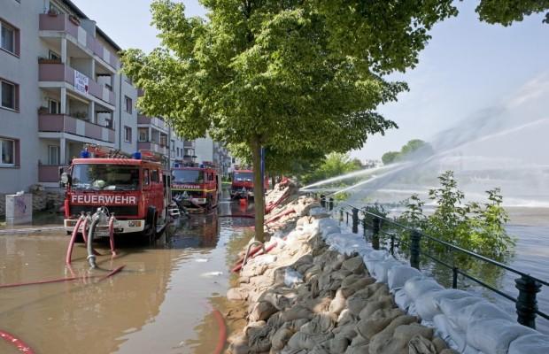 Panorama: Nutzfahrzeuge in den Fluten - Wenn nichts mehr geht