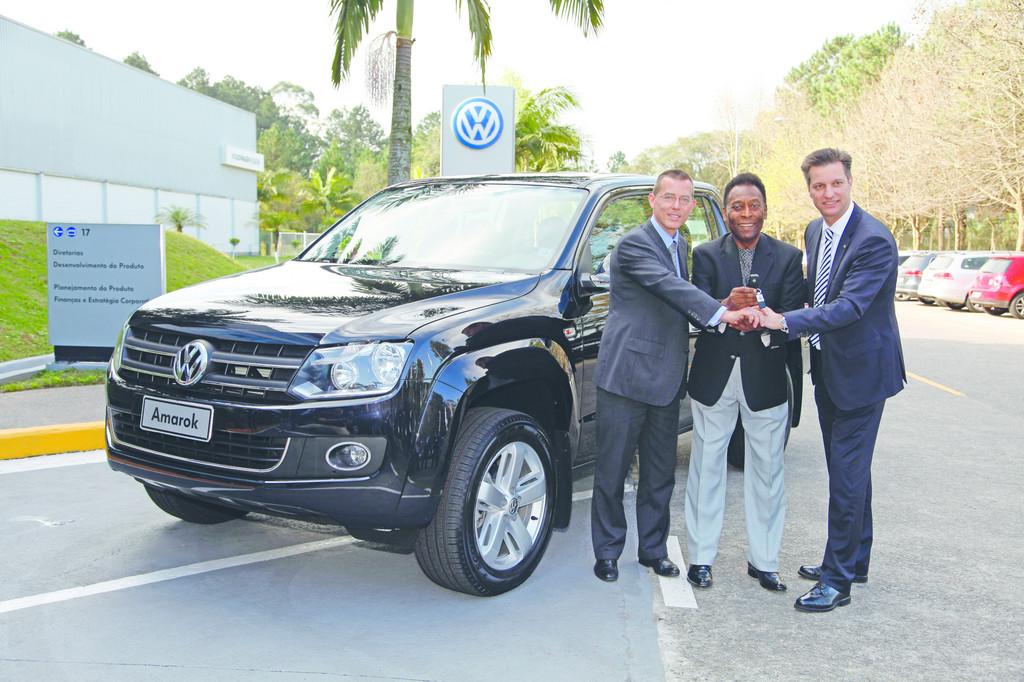 Pelé holt Amarok in Volkswagen-Werk Anchieta ab