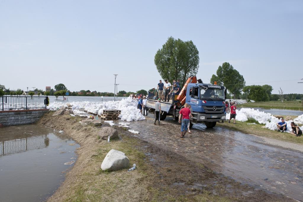 Privatleute setzten ihre Lkw ein, hier um Sandsäcke an den fast überlaufenden Elbdeich bei Lostau zu transportieren