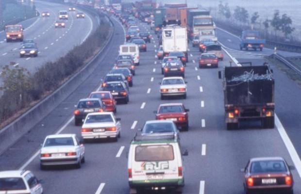 Reden, lesen, ruhen: Zeitvertreib im Autobahn-Stau