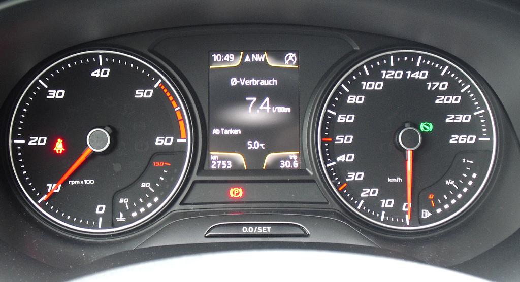 Seat León SC: Blick durch den Lenkradkranz auf die Rundinstrumentierung.