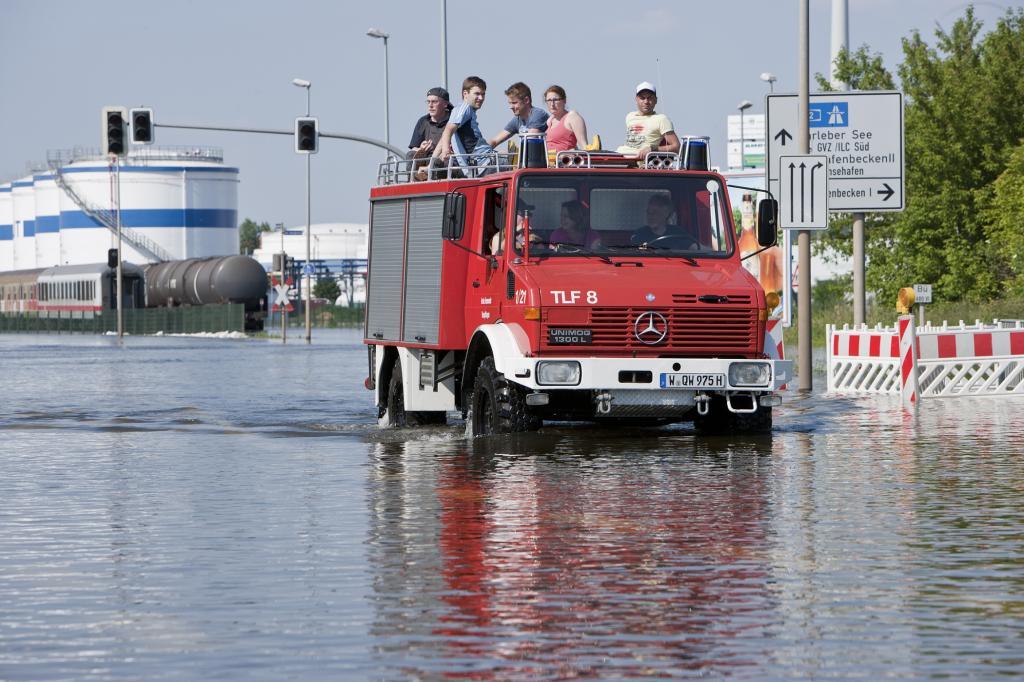So kämpfte kleine Katastrophenschützer Unimog mit Opfern und Helfern in den Fluten