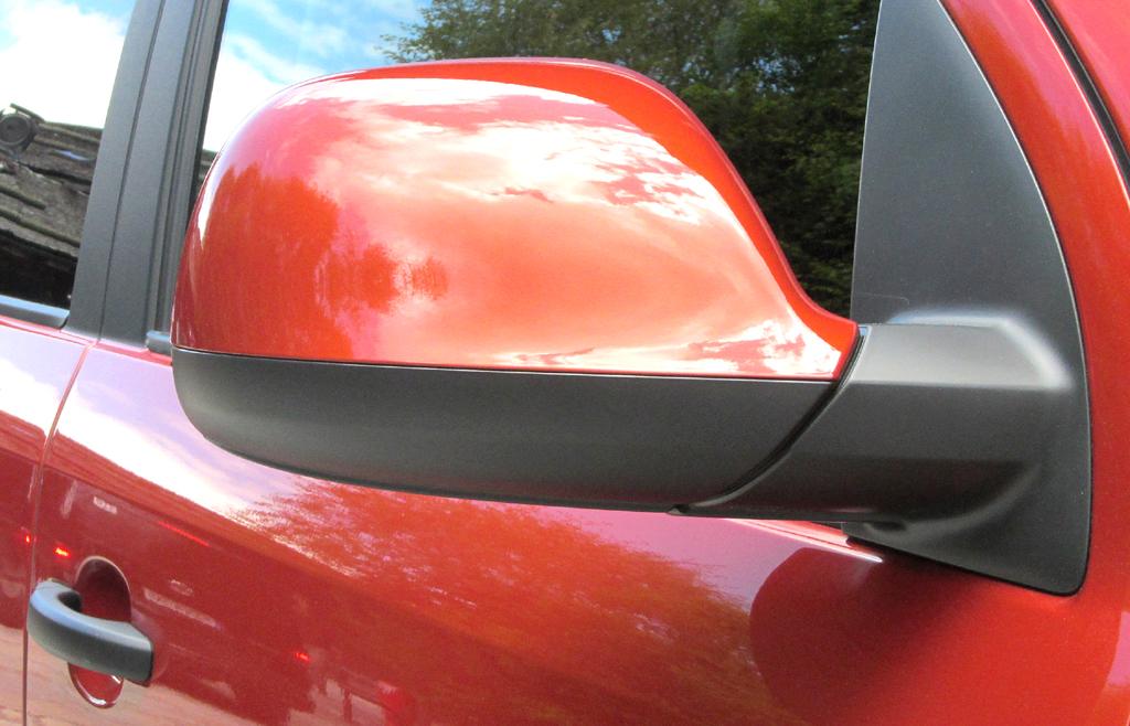 VW Amarok Canyon: Blick auf den Außenspiegel auf der Beifahrerseite.