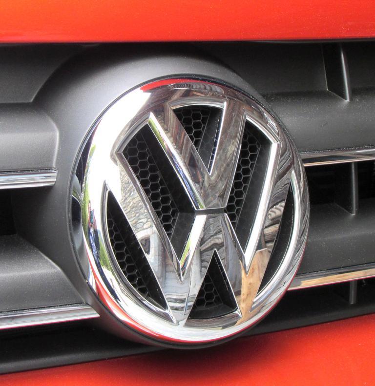 VW Amarok Canyon: Das Markenlogo sitzt vorn im Kühlergrill.