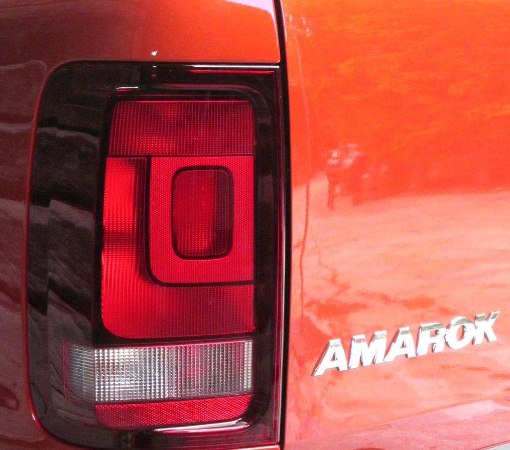 VW Amarok Canyon: Großformatige Leuchteinheit und Baureihenschriftzug am Heck.