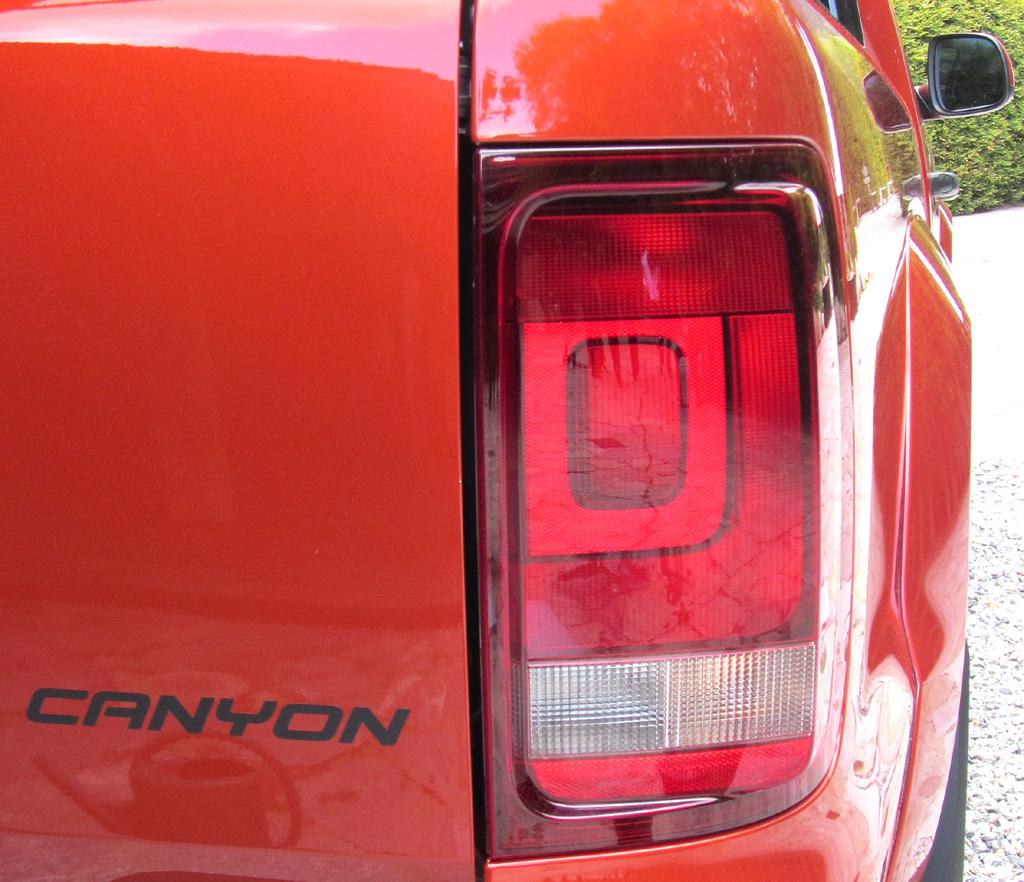 VW Amarok Canyon: Großformatige Leuchteinheit und Modellschriftzug am Heck.