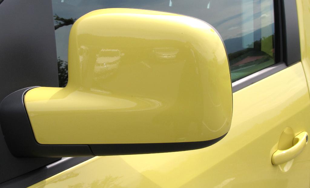 VW Cross Caddy: Blick auf den Außenspiegel auf der Fahrerseite.