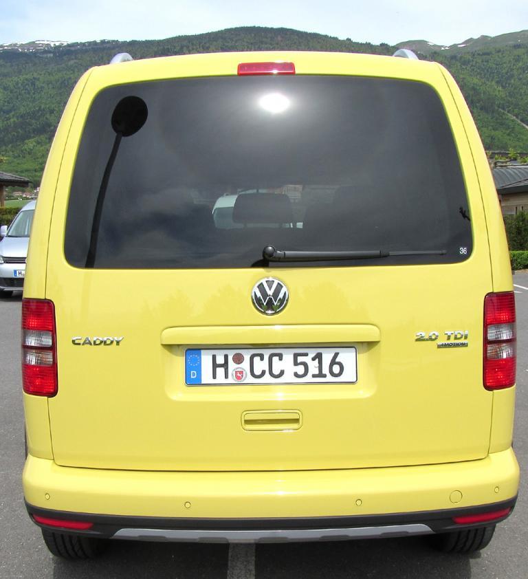 VW Cross Caddy: Blick auf die Heckpartie.